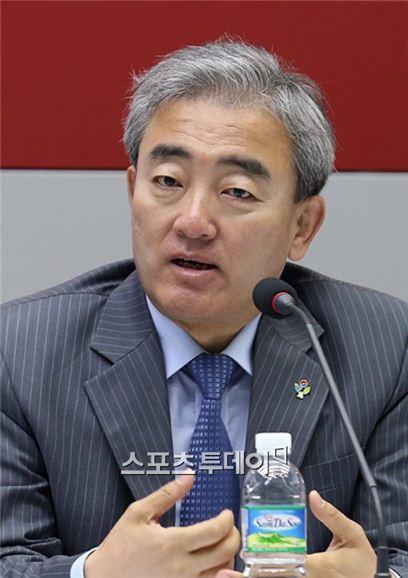 """유진룡 """"朴대통령, 대한민국 모든 사람 얘기 들으라는 거냐며 역정"""""""