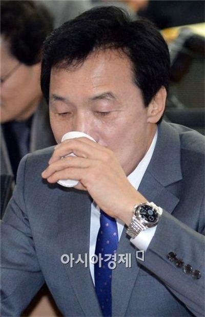 [포토]목 축이는 손학규 민주당 상임고문