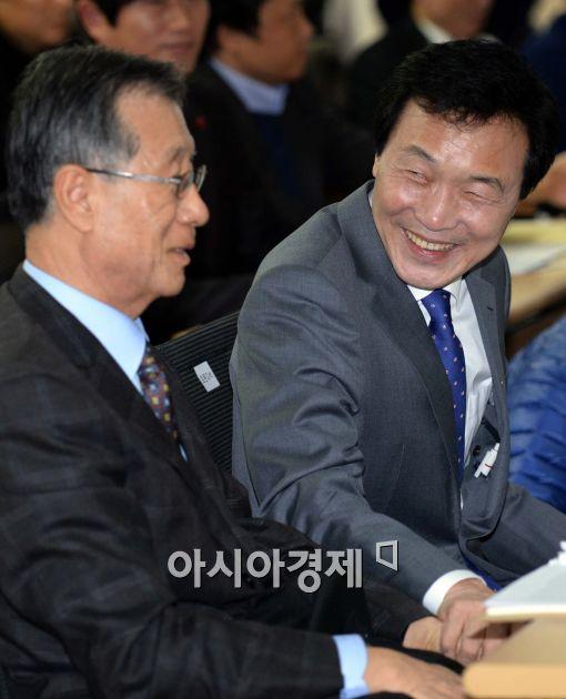 [포토]환한 표정 보이는 손학규 민주당 상임고문