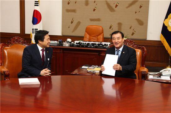 김인홍(왼쪽) 대전시 정무부시장이 충청권행정협의회가 만든 '선거구 증설 건의서'를 강창희 국회의장에게 전하고 있다.