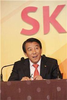 김창근 SK그룹 수펙스추구협의회 의장이 신입사원들과 대화를 나누고 있는 모습.