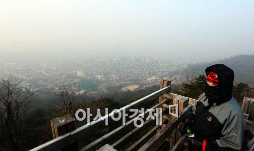 [포토]미세먼지 가득한 서울 도심 속 시민
