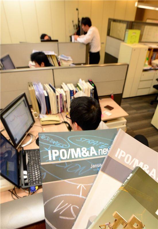중국 기업의 국내 상장 열기가 뜨거워지고 있는 가운데 IPO 전문성을 갖춘 부티크들의 현지 진출이 본격화되고 있다. 해외영업망 구축, 현지 창투사와 전략적 제휴 등 중국 거점을 마련하는 사례가 속속 이어지고 있다. 서울 여의도에 위치한 한 부티크 사무실에서 직원들이 해외 영업 전략 방안을 논의하고 있다.