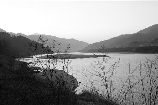 [조문환의 평사리日記] 윙크하는 강