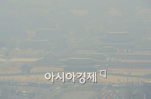 [포토]미세먼지 주의보에도 경복궁은 관광객들로 북적