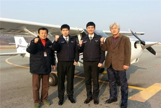 * 제 1회 하늘장학생에 선발된 김병수(중앙 우측), 하재홍(중앙 좌측) 군
