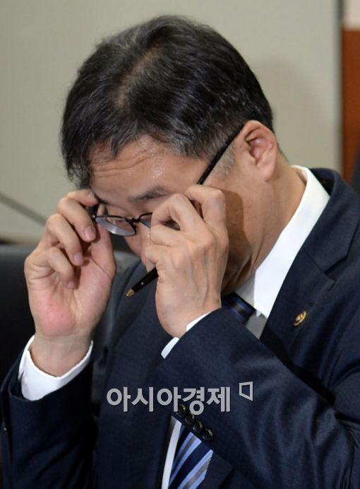 [포토]안경 고쳐 쓰는 정찬우 부위원장