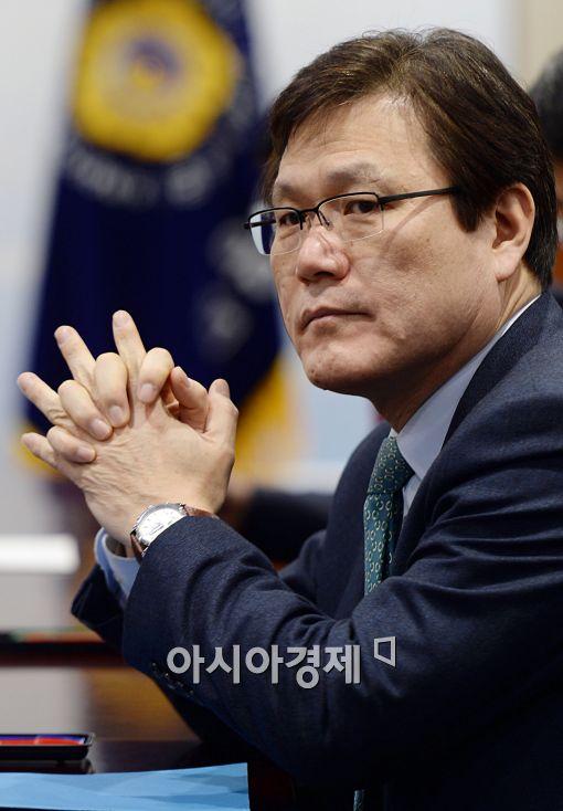 [포토]최종구 금감원 수석부원장, '긴장되네'