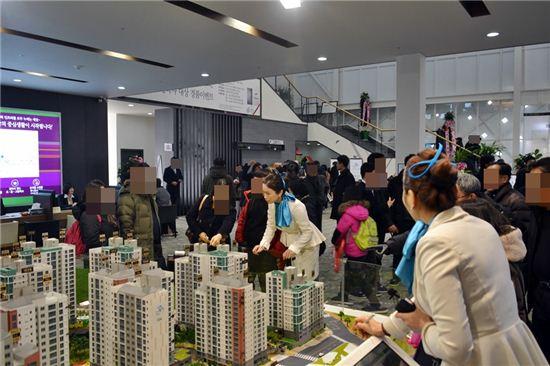 하남해터지역주택조합이 시행하고 포스코건설이 건설하는 '하남 더샵 센트럴뷰' 아파트 견본주택이 17일 개관했다. 사진은 견본주택 내부 모습이다.