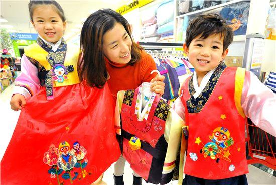 ▲ 19일 홈플러스 금천점에서 어린이들이 뽀로로 아동한복을 입어 보고 있다.
