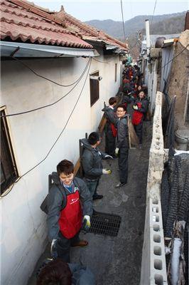 태광그룹이 선발한 국내 학사 장학생들이 지난 17일 서울 노원구에서 사랑의 연탄 나눔 활동을 펼치고 있는 모습.
