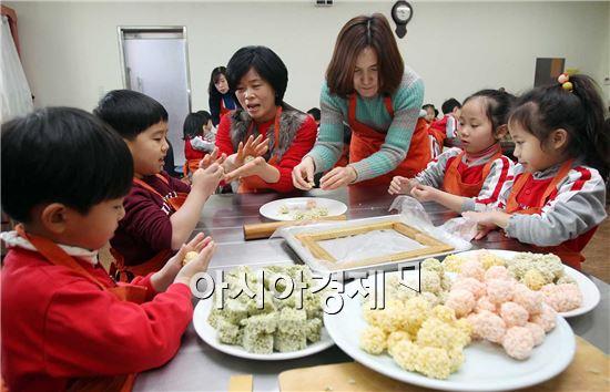 [포토]남도향토음식박물관에 전통음식 체험 하는 어린이들