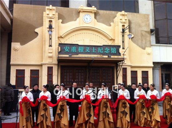 ▲ 중국 정부가 19일 헤이룽장(黑龍江)성 하얼빈(哈爾濱)역에 '안중근 의사 기념관'을 개관했다. 사진은 이날 오후 2시(현지시간) 열린 안 의사 기념관 개관식의 모습.(사진제공 : 외교부)