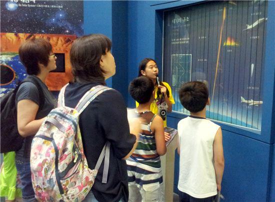 올 여름 관람객들에게 전시물에 관해 설명하고 있는 어린이 도슨트의 모습
