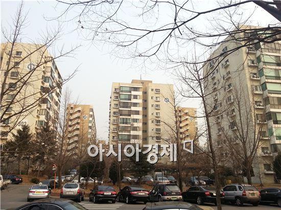 재건축 시장이 호가만 오른 채 거래는 이어지지 않고 있다. 사진은 서울 강동구 둔촌동 둔촌주공아파트 단지 전경이다.