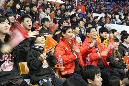 김철 SK케미칼 사장(사진 앞줄 왼쪽에서 세번째), 이인석 사장(왼쪽에서 네번째)을 비롯한 임직원들이 후원 아동과 함께 SK나이츠 농구단의 홈경기를 관람하고 있는 모습.