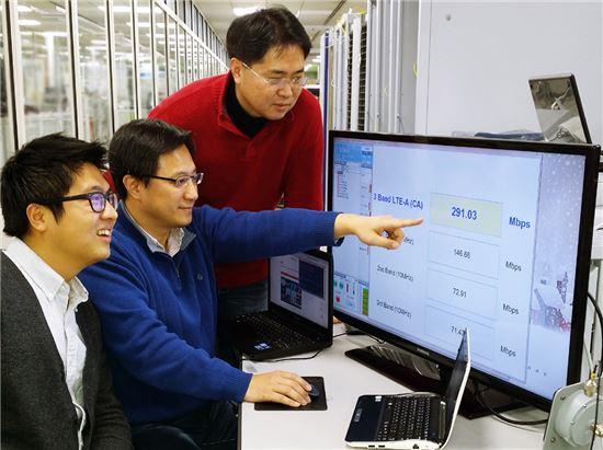 ▲SK텔레콤과 장비 제조사 관계자들이 20일 연구실에서 300Mbps 속도의 '3밴드 LTE-A'를 시연하고 있다. SK텔레콤은 이날 세계 최초로 4배 빠른 속도의 LTE-A 기술 개발에 성공했다고 발표했다.