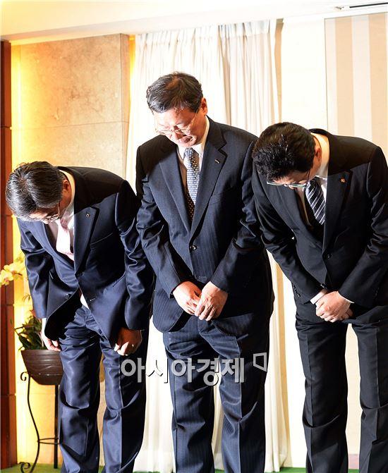 [포토]고개 숙인 농협-롯데-국민카드 대표들