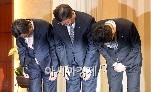 [포토]사과하는 농협-롯데-국민카드 대표들