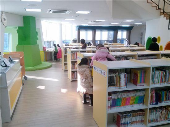 개관 한 달 맞은 '푸른길 도서관' 주민에게 인기