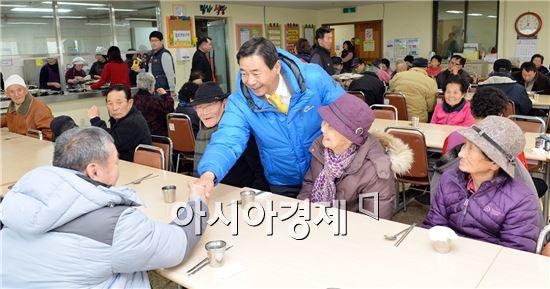 [포토]최영호 광주시 남구청장, 설맞이 사회복지시설 위문
