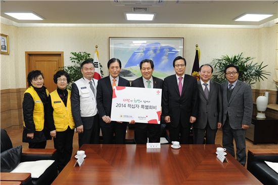 성백진 서울시의회 의장직무대리(오른쪽 네번째)와 김진수 부의장(오른쪽 세번째)가 제타룡 제타룡 대한적십자사 서울지사 회장(왼쪽 네번째)에게 적십자 특별회비를 전달했다.