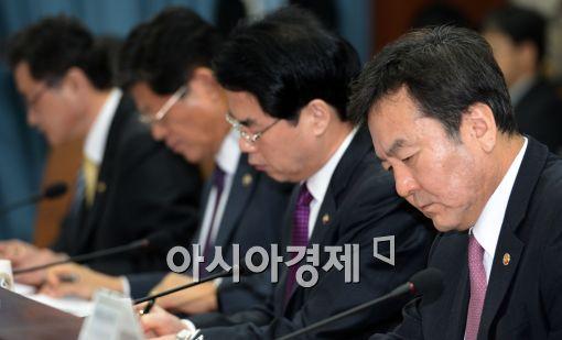 [포토]긴장된 표정 짓는 신제윤 금융위원장