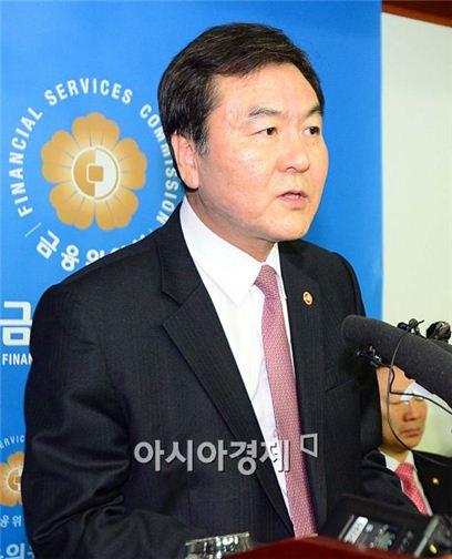 [포토]취재진들의 질의에 답하는 신제윤