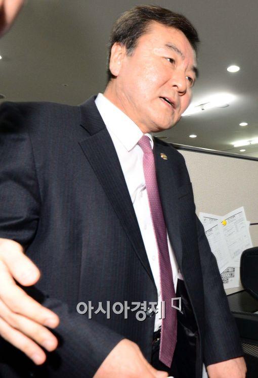 [포토]황급히 퇴장하는 신제윤 금융위원장