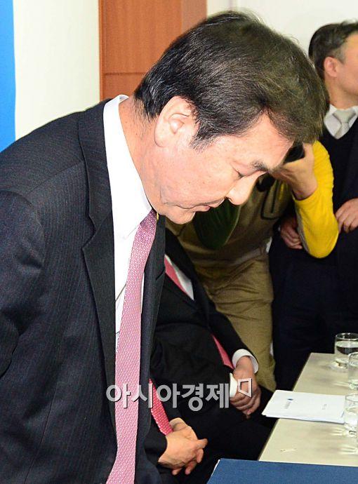 [포토]두 눈 감으며 고개 숙인 신제윤