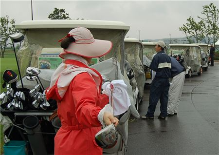 캐디피가 인상되고 수급도 어려워지자 최근 '노캐디제' 도입이 화두로 떠오르고 있다.