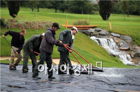골프장이 적자운영되면서 감원도 불가피해졌다. 사진은 미국의 한 골프장에서 직원들이 코스를 관리하고 있는 장면이다. 사진=Getty images/멀티비츠