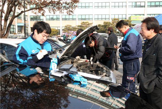 장거리 운전에 나서기 전에는 차량 점검을 하는 것이 좋다. 사진은 지난 23일 서울 동작구청에서 마련한 설맞이 자동차 차량 무상점검 현장의 모습.
