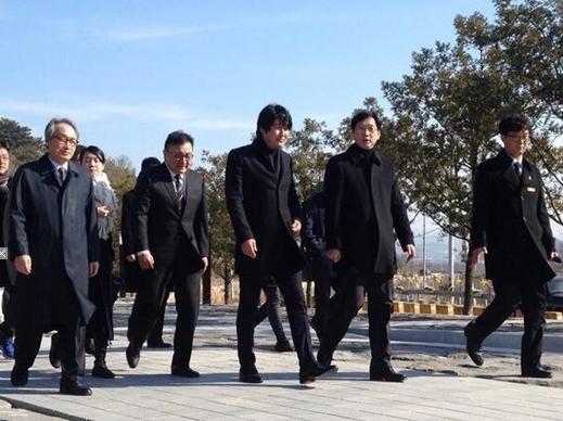 송강호 봉하마을 방문(출처:트위터)