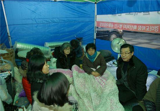 성장현 용산구청장(오른쪽)이 천막당사를 찾아 주민들에게 마권 발매소 이전을 반드시 막아내겠다고 밝혔다.