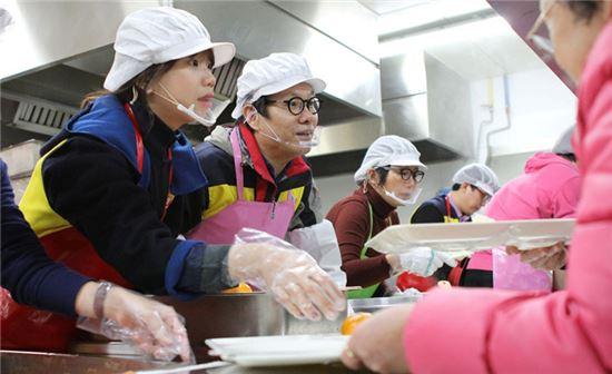 CJ오쇼핑 변동식 공동 대표이사(가운데)가 방배노인종합복지관 구내 식당에서 임직원들과 함께 복지관을 찾은 노인들에게 떡국을 배식하고 있다.