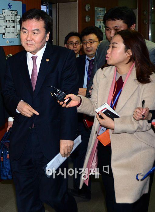 [포토]취재진들의 질의에 묵묵부답하는 신제윤