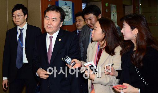 [포토]회의 참석하는 신제윤 금융위원장