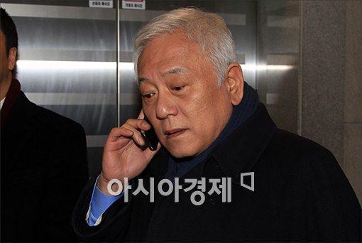 [포토]전화 통화하는 김한길 대표