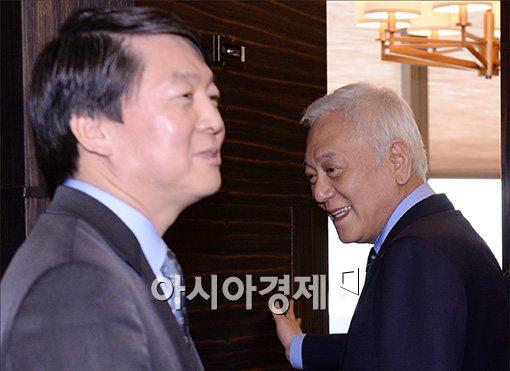 [포토]다른곳 바라보는 김한길·안철수