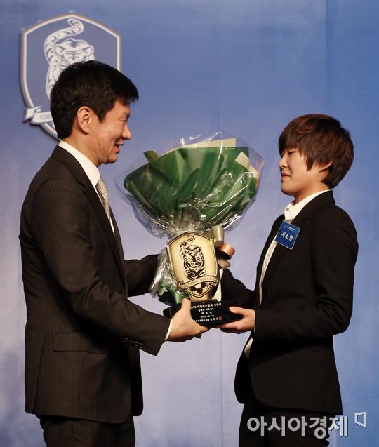 [포토] 올해의 선수상 수상하는 지소연