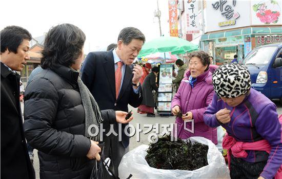 [포토]장흥 토요시장 민심 살피는 주승용 의원