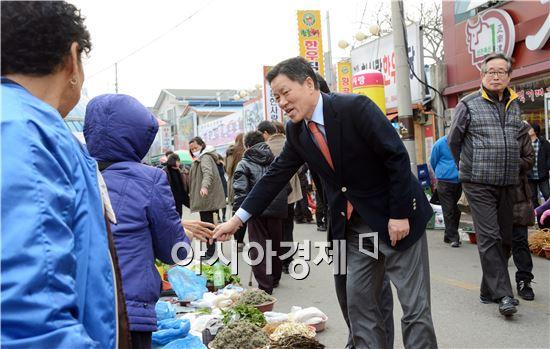 [포토]장흥 토요시장 할머니 장터에서 대화 나누는 주승용 의원