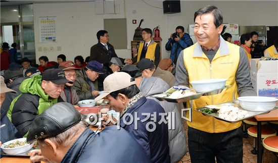 [포토]최영호 남구청장, 광주공원 사랑의 쉼터 배식봉사