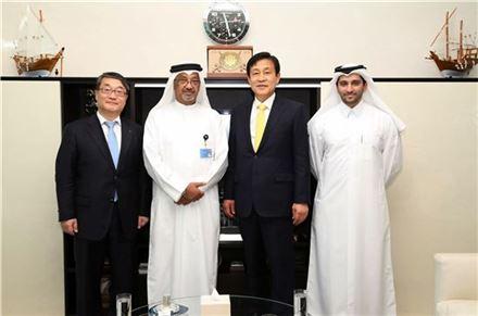 김정태 하나금융그룹 회장(왼쪽 세번째)이 24일 카타르 시내에 위치한 카타르커머셜뱅크(CBQ) 은행장 집무실에서 압둘라 살레이 알라이시 카타르커머셜뱅크 은행장(왼쪽 두번째)과 면담을 가진 후 기념촬영을 하고 있다.