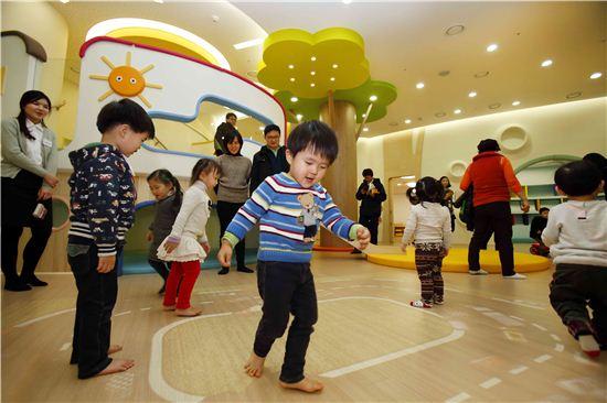한화그룹 직장어린이집에서 아이들이 즐거운 시간을 보내고 있는 모습.