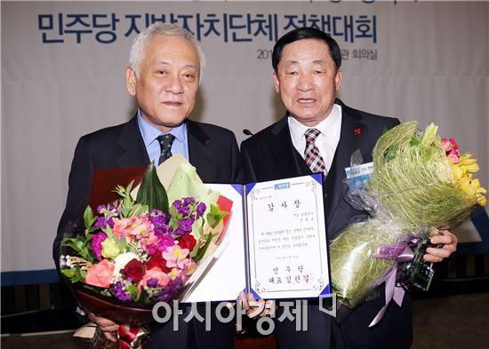 함평군이 민선5기 시책으로 추진한 이동진료차량이 민주당으로부터 정책우수사례로 선정, 안병호 함평군수(오른쪽)가 감사장을 받고 김한길 대표와 기념촬영을 하고있다.