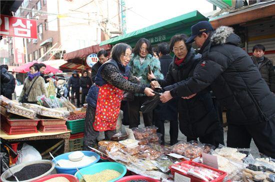 신연희 강남구청장이 지난해 설을 맞아 영동전통시장서 장를 보고 있다.