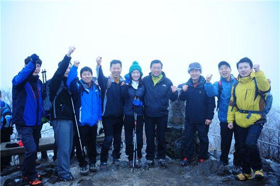 25일 경기도 남양주에 위치한 예봉산 정상에서 박삼구 회장(오른쪽에서 네번째)이 아시아나에어포트 임직원들과 기념 촬영을 하며 파이팅을 외치는 모습.