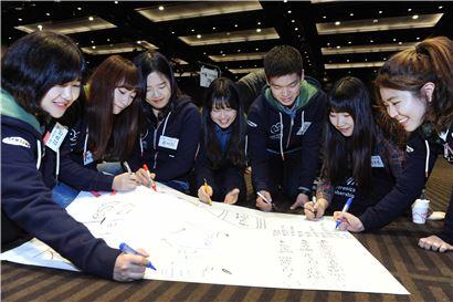 삼성전자 대학생 봉사단 2기에 참여한 학생들이 경기도 화성 라비돌리조트에서 열린 '디자인 씽킹 워크숍'에서 사회문제 해결 방법에 대해 논의하고 있다.